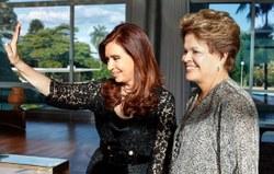 As presidentas latino-americanas Dilma e Cristina em conferência em São Paulo