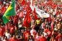 Abertura das Olímpiadas reúne milhares de pessoas contra o golpe no país