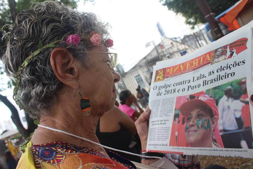 Participante do Forum lendo INVERTA.