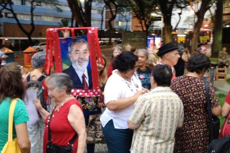 Início da vigília pela liberdade de Lula na praça Afonso Arinos, em Belo Horizonte, MG