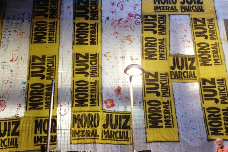 Vigília pela liberdade de Lula na praça Afonso Arinos, em Belo Horizonte, MG