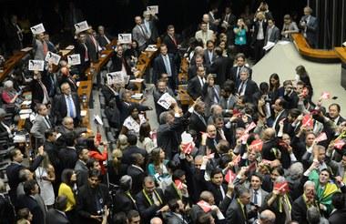 Congresso tomado por golpistas vota por processo de impedimento