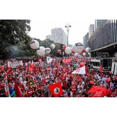 Em São Paulo povo na rua em defesa da democracia