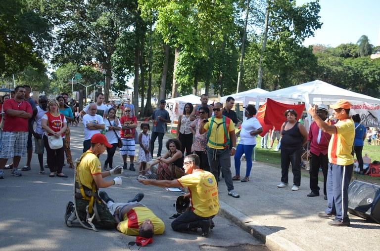 Trabalhadores bombeiros realizam oficina de primeiros socorros