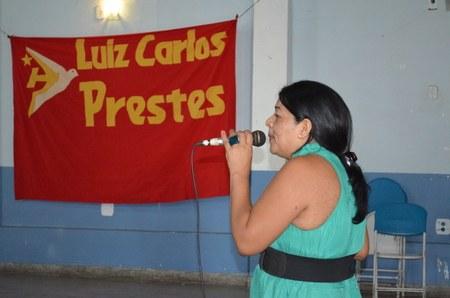 Companheira Janete apresenta os artistas