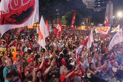 Dezenas de milhares contra o golpe neoliberal
