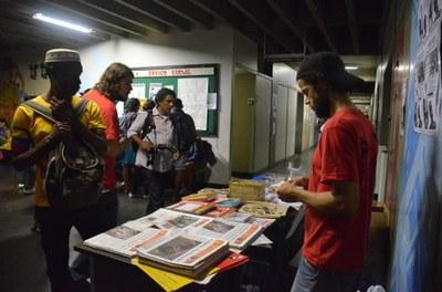 Banquinha da INVERTA Cooperativa divulgando literatura revolucionária