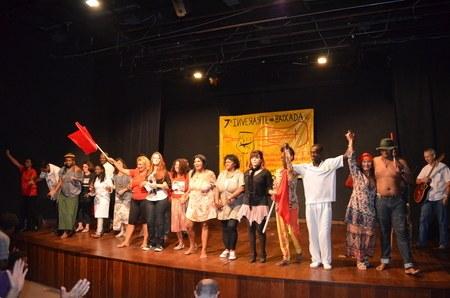 Canção final. Artistas do povo no palco!