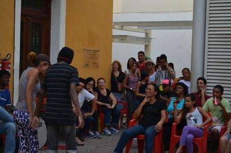 Público assiste peça