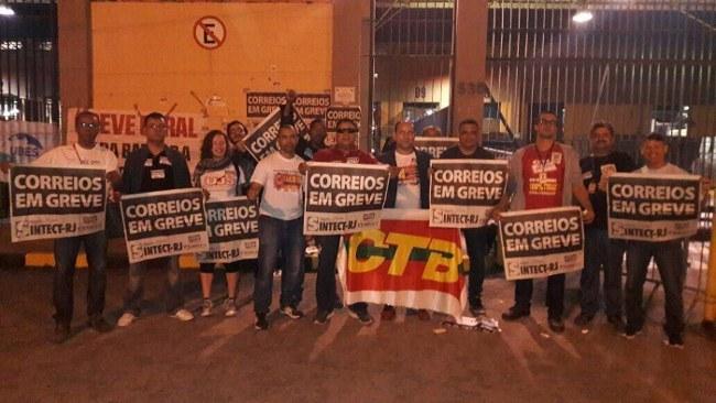 Maior complexo operacional dos Correios do Rio de Janeiro, em Benfica bloqueado pelos trabalhadores