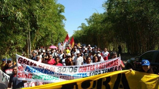 Trabalhadores do campo e da cidade caminham por Marabá sudeste do Pará