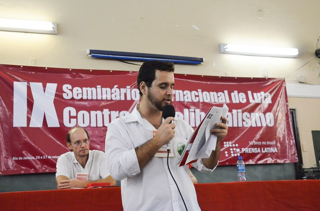 Michel Damasceno lê moção na qual os participantes exigem a libertação dos 5 heróis