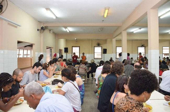 Público participa de almoço cultural