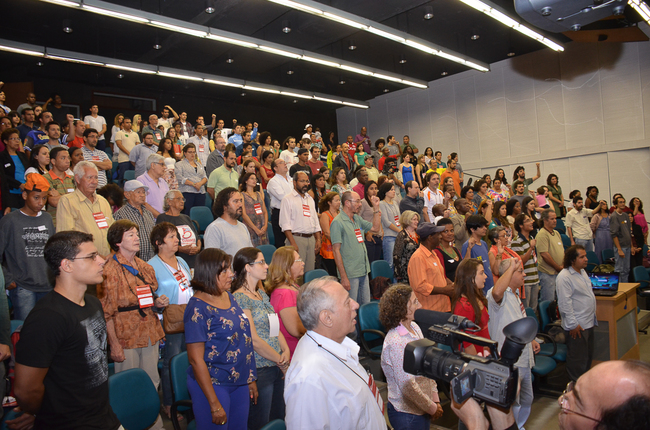 Público comparece à abertura do seminário