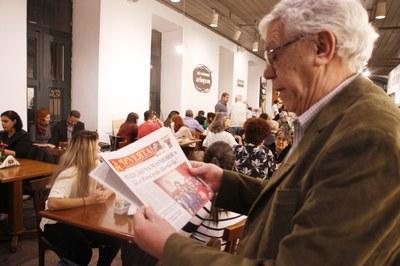 Prof. Zacarias Gama lendo o jornal Inverta