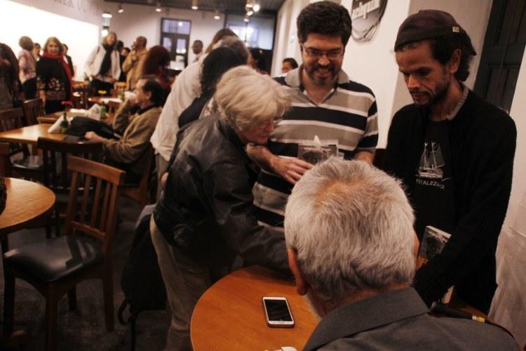 Aluisio autografa o livro da Profª Nancy Rocha (Núcleo da Casa das Américas Nova Friburgo/RJ)