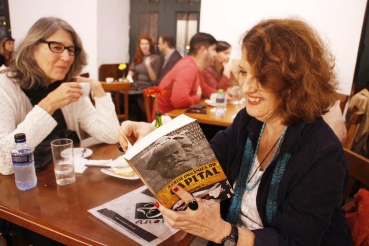 Profª Beatriz Bissio apreciando o livro