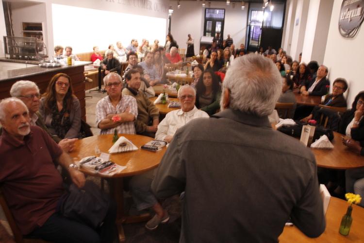 Prof. Vasconcelos, o jornalista Julio Cesar de Freixo Lobo e convidados ouvem o autor