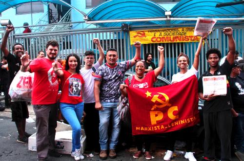Militantes saudando o Povo Brasileiro e a liberdade de Lula!
