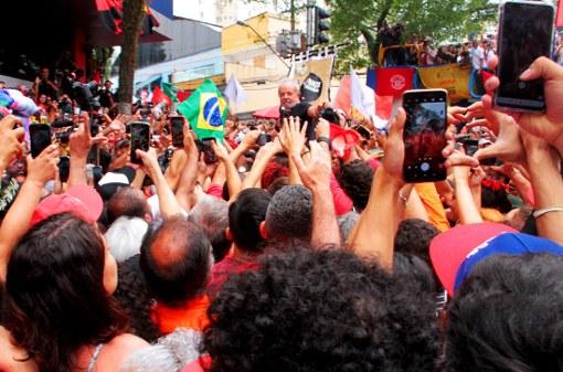 Lula nos braços do povo!