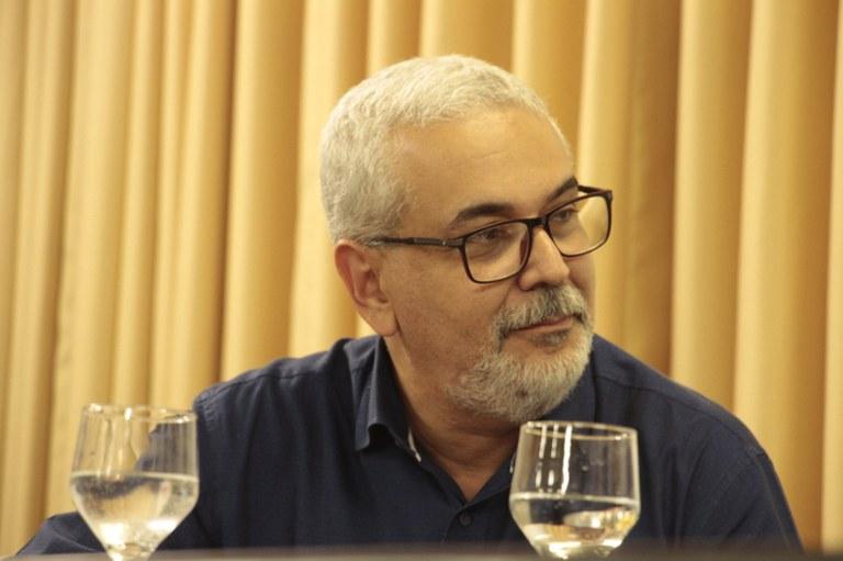 Prof. Dr. Luiz Quadros Magalhães coordena a mesa de homenagem a Theotonio dos Santos