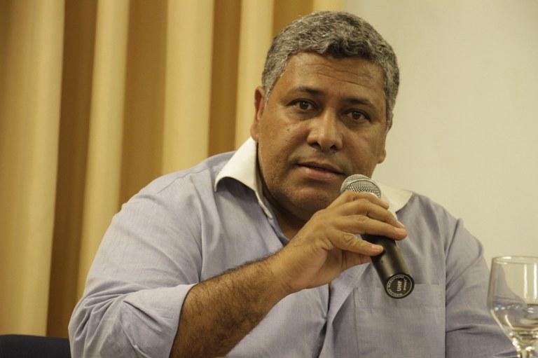 Sidnei Martins coordena a mesa do lançamento