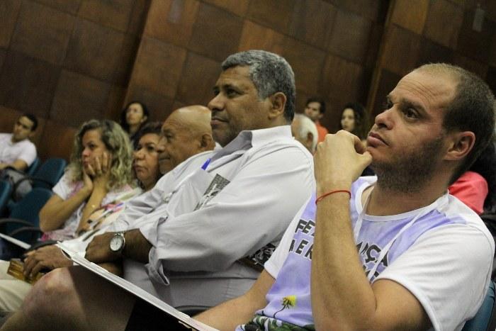 Público atento à conferência