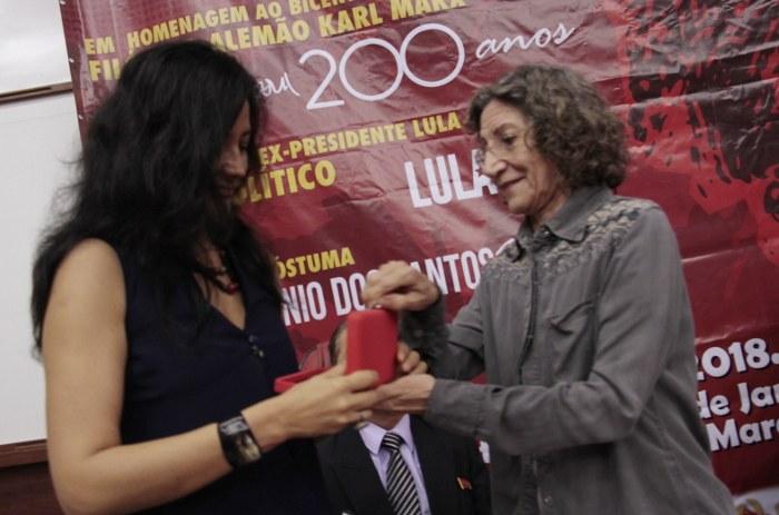 Homenagem Póstuma ao Professor Theotonio dos Santos entregue pela médica Ana Alice Pereira (CEPPES) à Monica Bruckman