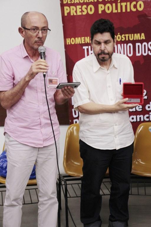 Presidente do CEPPES Antonio Cícero e o diretor do Ceppes, Haroldo de Moura recebem a comenda Imprescindível de INVERTA, que será entregue à família do homenageado