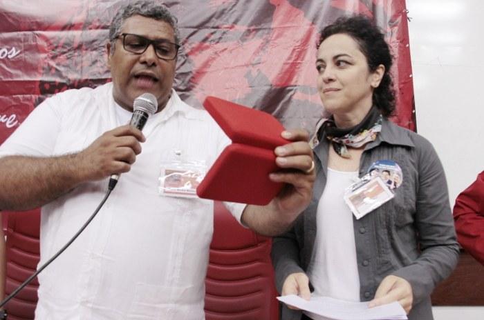 Sidnei Martins (CLCN-MG) entrega a comenda a Comenda a Lula, recebida pela filósofa Márcia Tiburi